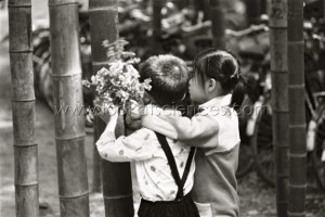 Enfants chinois lisant des messages écrits sur des bambous