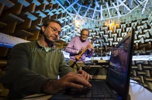 Projet Cagima : les chercheurs Philippe Guillemain (LMA/CNRS) et René Caussé (Ircam) réalisent des mesures d'impédance d'entrée  une réplique de clarinette ancienne dans la chambre anéchoïque ou chambre sourde de l'Ircam, Institut de Recherche et Coordination Acoustique Musique, à Paris.