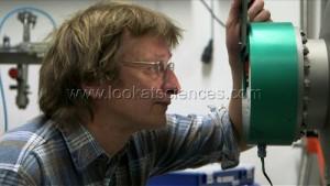 Martin Hilchenbach, responsable scientifique de l¿Äôinstrument COSIMA, regarde l'instrument COSIMA en fonctionnement dans sa cuve a vide, en laboratoire. (MPI, Gottingen).