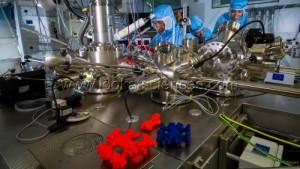 Christian Joachim, directeur de recherche au CNRS, en charge des nanosciences. Picolab, Centre d'elaboration des materiaux et d'etudes structurales (Cemes), Toulouse. Avec deux membres de son equipe. Au premier plan, repliques de nanocars, modelisations 3D (grossies 100 millions de fois) de voitures moleculaires qui seront pilotees lors de la course de nanovoitures qui aura lieu a Toulouse fin 2016.